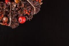 Weihnachtshintergrund auf Schwarzkieferholzbeschaffenheit Lizenzfreie Stockbilder