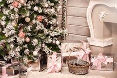 weihnachtshintergrund baumvorabend kamindekorationen lizenzfreie stockfotografie - Kaminumhang Dekorationen