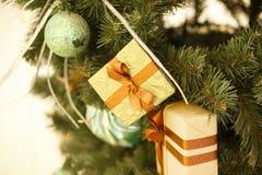 Weihnachtshintergrund, Bildunschärfe bokeh defocused Lichtdekoration auf Weihnachtsbaum Stockfotos
