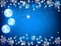 Weihnachtshintergrund, Bokeh-Schneeflocken, blauer Hintergrund, roter Ball, Weihnachtsbaumhintergrund Stockfotografie