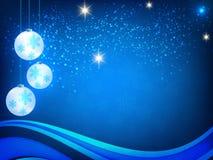 Weihnachtshintergrund, Bokeh-Schneeflocken, blauer Hintergrund, roter Ball, Weihnachtsbaumhintergrund Lizenzfreies Stockbild