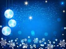 Weihnachtshintergrund, Bokeh-Schneeflocken, blauer Hintergrund, roter Ball, Weihnachtsbaumhintergrund Lizenzfreies Stockfoto