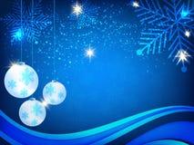 Weihnachtshintergrund, Bokeh-Schneeflocken, blauer Hintergrund, roter Ball, Weihnachtsbaumhintergrund Stockfoto