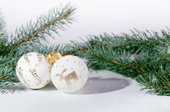 Weihnachtshintergrund, -dekoration und -Fichtenzweige Weihnachtskugeln auf einem weißen Hintergrund Weicher Fokus Scheine und Bla Stockfotografie