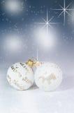 Weihnachtshintergrund, Dekoration Weihnachtsbälle auf einem Holztisch Weicher Fokus Scheine und Blasen entziehen Sie Hintergrund  Stockfoto