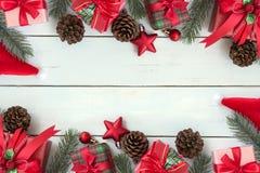 Weihnachtshintergrund-Dekorationsrahmen mit Geschenkboxen und rotem O Stockfotos