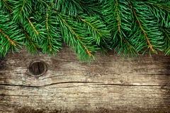 Weihnachtshintergrund des Tannenbaums auf hölzernem Brett der alten Weinlese, Kopienraum für Text Stockfotografie