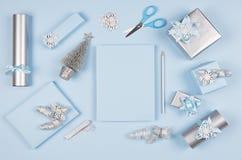 Weihnachtshintergrund für Ihren Entwurf und Text - Bleistift des leeren Papiers und des Silbers, weiches Pastellblau und Geschenk lizenzfreie stockbilder