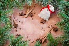 Weihnachtshintergrund für Weihnachtspostkarte Zimtstangen, Anissterne und Nelken auf hölzernem Hintergrund Stockbilder
