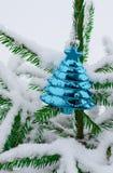 Weihnachtshintergrund - Flitter und Niederlassung des gezierten Baums lizenzfreie stockbilder