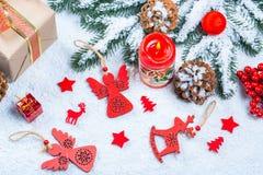 Weihnachtshintergrund gemacht von den roten Spielwaren, Stockfotografie