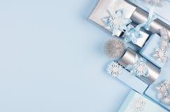 Weihnachtshintergrund - Geschenkboxen in der blauen und silbernen metallischen Pastellfarbe mit Bändern und Bögen, Dekorationen,  lizenzfreies stockbild