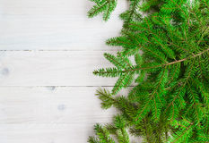 Weihnachtshintergrund grünt weißes hölzernes der gezierten Zweige Stockfotos