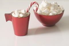 Weihnachtshintergrund, Grußkarte mit einem Tasse Kaffee oder Schokolade mit Eibischen, Lutschern und einer roten Platte Stockbilder