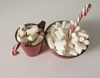 Weihnachtshintergrund, Grußkarte mit einem Tasse Kaffee oder Schokolade mit Eibischen, Lutschern und einer roten Platte Stockfotos