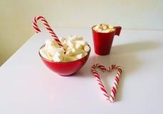 Weihnachtshintergrund, Grußkarte mit einem Tasse Kaffee oder Schokolade mit Eibischen, Lutschern und einer roten Platte Stockfoto