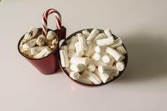 Weihnachtshintergrund, Grußkarte mit einem Tasse Kaffee oder Schokolade mit Eibischen, Lutschern und einer roten Platte Lizenzfreie Stockfotografie