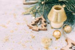 Weihnachtshintergrund, -kerze und -dekorationen stockbilder