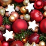 Weihnachtshintergrund mit Äpfeln, Plätzchen, Nüssen und Flitter Stockbilder