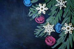 Weihnachtshintergrund mit Bällen, Schneeflocken und Weihnachtsbaum d Lizenzfreies Stockbild