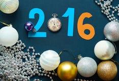 Weihnachtshintergrund mit Bällen, Taschenuhren und Zahlen Stockbilder