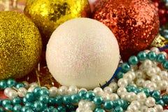Weihnachtshintergrund mit Bällen und Perlen des neuen Jahres Stockbilder