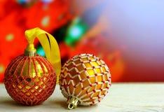 Weihnachtshintergrund mit Bällen verzierte Glasperlen Stockfotografie