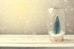 Weihnachtshintergrund mit Baum im Glas und im bokeh Lizenzfreie Stockfotografie