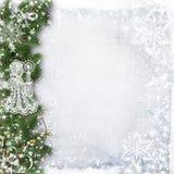 Weihnachtshintergrund mit Baumasten, Schnee und Engel Stockfoto