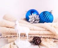 Weihnachtshintergrund mit blauen Bällen und Rotwild Stockfotografie