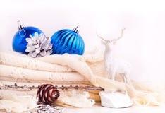 Weihnachtshintergrund mit blauen Bällen und Rotwild Stockbilder
