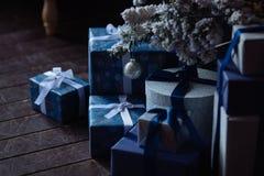 Weihnachtshintergrund mit blauen Bändern und Geschenken Stockfoto
