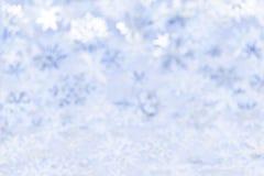 Weihnachtshintergrund mit blauen Schneeflocken Stockfotos