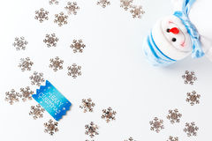 Weihnachtshintergrund mit blauer Grußkarte Stockbild
