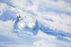 Weihnachtshintergrund/mit blauer Kugel und Schnee stockbild