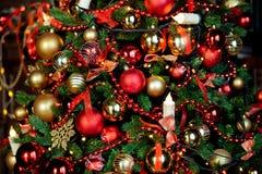 Weihnachtshintergrund mit blinkender Girlande auf dem Baum Stockfotografie