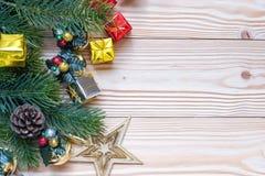 Weihnachtshintergrund mit Dekoration, Geschenkbox lizenzfreie stockbilder