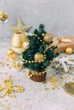 Weihnachtshintergrund mit Dekorationen stockbild