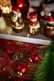 Weihnachtshintergrund mit Dekorationen auf Holztisch mit warmem stockbilder
