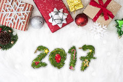Weihnachtshintergrund mit Dekorationen Geschenkbox und guten Rutsch ins Neue Jahr Lizenzfreie Stockbilder