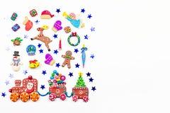 Weihnachtshintergrund mit Dekorationen Sankt, Weihnachtszug mit Baum und Bonbons, Schneemann, Ren und Geschenke lizenzfreies stockfoto