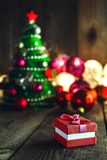 Weihnachtshintergrund mit Dekorationen und Geschenkbox auf hölzerner Boa lizenzfreies stockbild