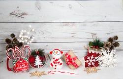 Weihnachtshintergrund mit Dekorationen und Geschenkbox auf weißem hölzernem Brett Lizenzfreie Stockbilder