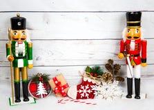 Weihnachtshintergrund mit Dekorationen und Geschenkbox auf weißem hölzernem Brett Stockfotografie