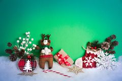 Weihnachtshintergrund mit Dekorationen und Geschenkbox auf weißem hölzernem Brett Stockfotos