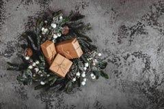 Weihnachtshintergrund mit Dekorationen und Geschenkboxen stockbild
