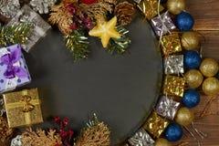 Weihnachtshintergrund mit Dekorationen und Geschenkboxen auf hölzernem b Stockfoto