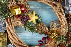 Weihnachtshintergrund mit Dekorationen und Geschenkboxen auf hölzernem b Lizenzfreies Stockfoto