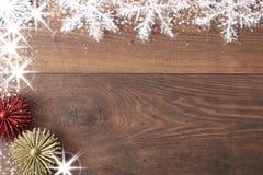 Weihnachtshintergrund mit Dekorationen und Geschenkboxen auf hölzernem Brett Blauer sparkly Feiertagshintergrund mit Kopienraum Stockbild