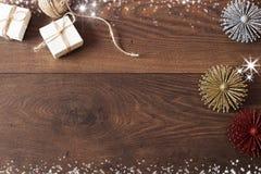 Weihnachtshintergrund mit Dekorationen und Geschenkboxen auf hölzernem Brett Blauer sparkly Feiertagshintergrund mit Kopienraum Stockfoto
